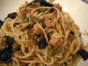 spaghetti olive e tonno e pomodorini